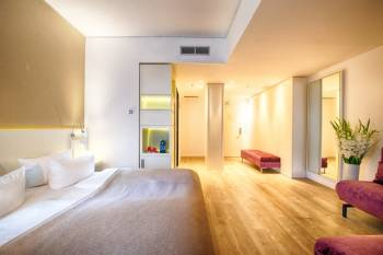 Großes Zimmer mit Sitzecke und Arbeitsfläche