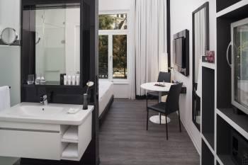 INNSIDE Guestroom Bathroom