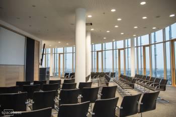Konferenzraum mit Blick über Münchens Stadtzentrum