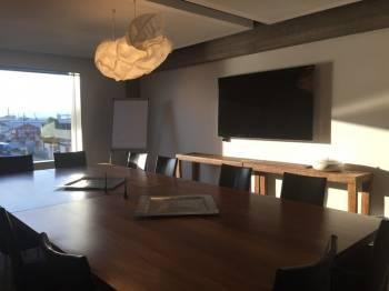 Meetingraum mit großem Tisch in Mannheim