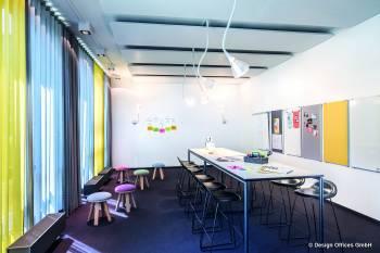 Moderner Meetingraum mit Hochtisch