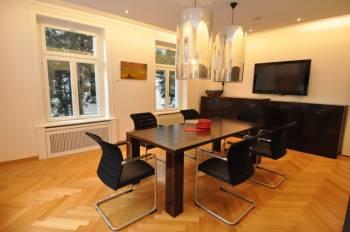 Moderner und gut ausgestatteter Meetingraum