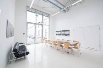 Heller Besprechungsraum in altem Industriegebäude