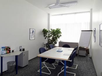 Heller und komfortabler Raum für kleinere Meetings