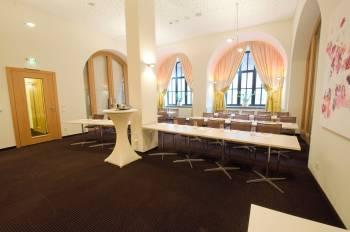 Professionell ausgestatteter und heller Seminarraum in Nürnberg