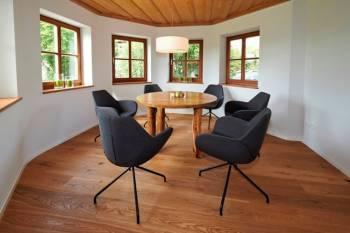 Moderner und gemütlicher Meetingraum in der Natur