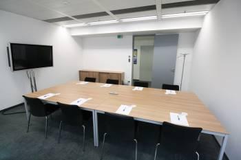 Komplett ausgestatteter Meetingraum in Meidling