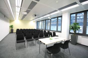 Gut ausgestatteter Schulungsraum im 12. Bezirk