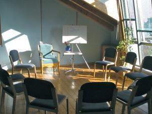 Sitzkreis blauer Seminarraum